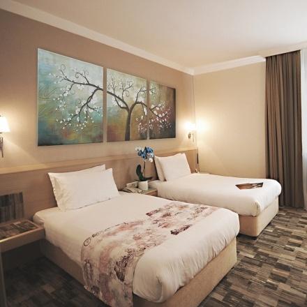 Otelimizde 2. kez kalan tüm misafirlerimize rezervasyon yaptırdıkları odanın bir üst klasmanındaki odaya ücretsiz geçiş avantajı sunuyoruz. Bu hizmetten faydalanmadan önce lütfen resepsiyon ile görüşünüz.